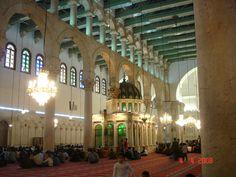 Une partie de la salle de prière de la grande mosquée des Omeyades, un vendredi a l'heure de la prière.  Damas 2008.