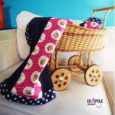 PLAID   couverture bébé retro chic douillette bleu marine   coton fleur rose  et pois - douce et chaude - cadeau de naissance - creation française - fait  ... cd258c019ba