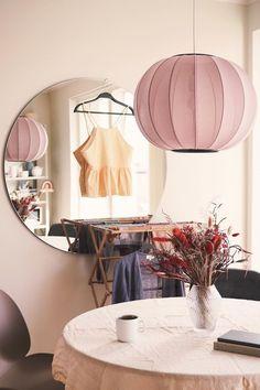 Kulaté zrcadlo o průměru 87 cm z designové kolekce Paul Rowana Hub značky Umbra. Skleněný, zrcadlový panel je umístěn do zlatého kovového rámečku.