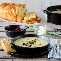POTET- OG PURRELØKSUPPE MED CHORIZOSMULER Norwegian Food, Norwegian Recipes, Chorizo, Biscotti, Cheeseburger Chowder, Granola, Sour Cream, Soup Recipes, Curry