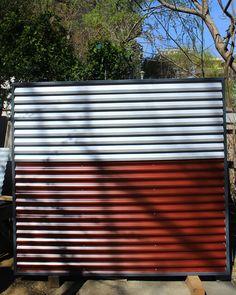 Panou gard metalic din gama de culori alb-rosu. Blinds, Garage Doors, Curtains, Urban, Metal, Outdoor Decor, Home Decor, Blue Prints, Decoration Home