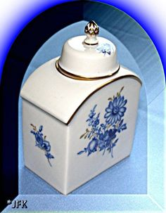 An exclusive gift - from the world's most accredited ROYAL Porcelain Manufactory ♥ NOW on SALE ♥  Meissen Germany Tea Caddy China Box Blue White Gold VTG