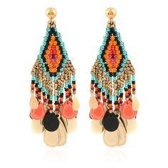 TENDANCE ON THE ROAD Boucles d'oreilles Huichol pampilles En forme de losange, ces boucles d'oreilles sont inspirées de l'artisanat des indiens de l'Arizona. Cette pièce est unique. Quelques variations ou irrégularités ne sont pas des défauts mais le signe du travail fait main. Prix : 142 € Coloris : multicolore