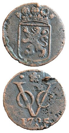 Both sides of a duit, a coin minted in 1735 by the VOC.