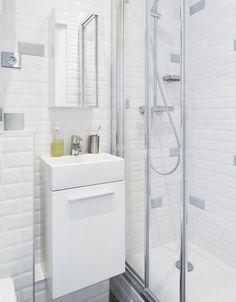 Carrelage du métro jusqu'au plafond, WC suspendus, meuble de salle de bains avec vasque en céramique intégrée et robinetterie Grohe. La salle de bains intègre des rangements et prend un vrai coup de jeune.