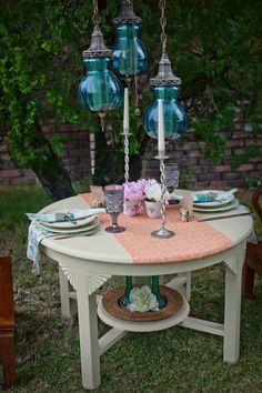 Vintage tablescape http://www.prettymyparty.com/vintage-inspired-hawaiian-shoot/