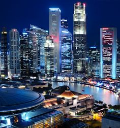 Financial institutions and Tourism attractions breathing within the Singapore River
