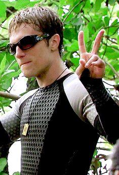 Josh having fun on set in Hawaii ♥ 2/2 behind the scenes of Catching Fire