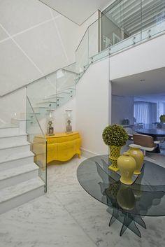 Navegue por fotos de Corredores, halls e escadas Clássico: Casa em Jurerê Internacional - SC - Brasil. Veja fotos com as melhores ideias e inspirações para criar uma casa perfeita.