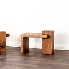 Ein Beistelltisch oder Nachttisch aus Schweizer Eichenholz. Auf Wunsch produzieren wir diesen gerne auch in einer anderen Holzart. Bookends, Home Decor, Design, Types Of Wood, Nightstand, Swiss Guard, Wood Working, Dinner Table, Rustic