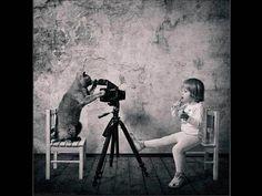 Una amistad retratada por una cámara. Imágenes conmovedoras y graciosas de la amistad entre una niña y su gato