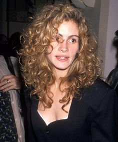 Julia Roberts Best Hair And Makeup Looks - Curls, Color Auburn curls, blonde bouffants, even mullets — there is truly nothing this star hasn't tried once. Blonde Curly Hair, Curly Hair With Bangs, Haircuts For Curly Hair, Short Wavy Hair, Curly Hair Cuts, Hairstyles With Bangs, Curly Hair Layers, Bangs Curly Hair, Long Curly Hairstyles