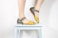 """סנדל קייצי קלאסי, עשוי משילוב של עור אפור וחרדל. סנדל רחב מאוד, עקב בגובה 1 ס""""מ, נוח מאוד להליכה ועמידה ממושכת.  אדי כלאב - נעלי עור. עיצוב וייצור ישראלי, בעבודת יד ובאחריות מלאה. הסנדל קיים גם בשילוב צבעים: <a href=""""http://market.marmelada.co.il/products/176342"""">אפור עם ורוד</a>  במלאי במידות 37, 40, 41,  *נא לציין מידה בעת ההזמנה*  *** החלפת הסנדל תתאפשר תוך שבועיים מיום שליחתו. החזר כספי יינתן תוך 2 ימי עסקים מרגע קבלת הסנדל. בהתאם לתקנות """"ביטול עסקה"""". כל זאת, על פי התנאים ..."""