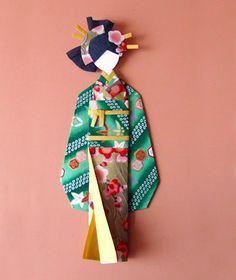 Manualidad con fotograf�as y explicaci�n paso a paso para hacer una bonita mu�eca japonesa con kimono de papel.