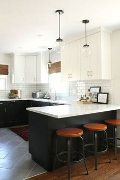 Elegant and adorable design ideas for two-tone kitchen cabinets – White N Black Kitchen Cabinets Kitchen Ikea, New Kitchen, Kitchen Interior, Kitchen Dining, Kitchen Decor, 10x10 Kitchen, Cheap Kitchen, Kitchen Wood, Decorating Kitchen
