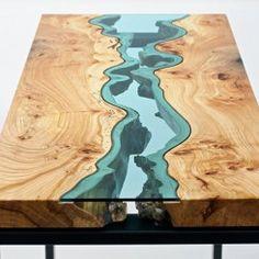 Lindas mesas de madeira com rios de vidro embutidos