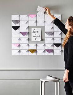 Pon sobres y folios de colores en la pared para adornarlas y utilizarla como tablón de anuncios.