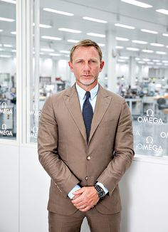 Daniel Craig wearing his Omega Seamaster 300 Spectre James Bond 007 Watch Omega Seamaster 300 Spectre, Rachel Weisz, Gentleman Mode, Gentleman Style, Style James Bond, James Bond Suit, Suit Fashion, Mens Fashion, Terno Slim