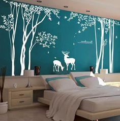 Chambre bleue avec sticker blanc proche de la nature