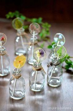 残り少なくなって気泡が入りがちなUVレジンを使った、押し花のロリポップ。気泡がより飴っぽさを出しています。お花を生けるようにお部屋に飾りたいですね。