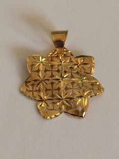 Flower shaped pendant in yellow 18k gold. di Meljewelry1908 su Etsy