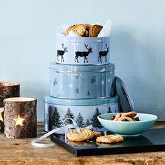 Anna is planning on baking delicious cookies all day. Cookie tins, in shops now. Prices from DKK 17,90 / SEK 24,90 / NOK 25,90 / EUR 2,53-4,19 / GBP 2,18 / ISK 489