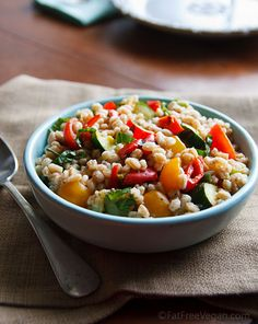 Farro Salad with Tomatoes and Grilled Zucchini-Fat Free Vegan Kitchen Grilled Zucchini Recipes, Veggie Recipes, Whole Food Recipes, Vegetarian Recipes, Healthy Recipes, Vegetarian Salad, Dinner Recipes, Vegan Blogs, Grilled Vegetables