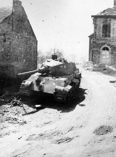 A look at the King Tiger tank, the Tiger II Königstiger that was the largest tank of World War II. Tiger Ii, Luftwaffe, Tank Armor, Army Vehicles, Armored Vehicles, Tiger Tank, Tank Destroyer, Ww2 Tanks, World Of Tanks