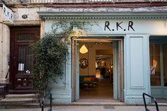 RKR - SHOP - Dans le quartier des Chartrons, sur la jolie rue Notre Dame vous trouverez RKR, un grand magasin qui propose du mobilier contemporain de différentes marques : scandinaves, italiennes et françaises. On a aimé les jolies couleurs et leur sélection pointue.