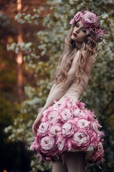 See more about flower dresses, rose dress and pink flowers. Photography Women, Fashion Photography, Photography Flowers, Wedding Photography, Dreamy Photography, Fantasy Photography, Foto Fantasy, Mode Rose, Flower Crowns