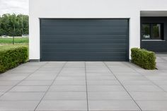 Design driveway and paving ideas and pictures Metten driveway paving idea … - Hof Ideen Modern Driveway, Driveway Paving, Driveway Landscaping, Landscaping Design, Rustic Houses Exterior, Paving Ideas, Garage Door Makeover, Garden Design, House Design