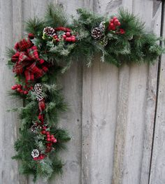A beautiful traditional holiday accent for your mantle, bannister, doorway, window or tabletop.