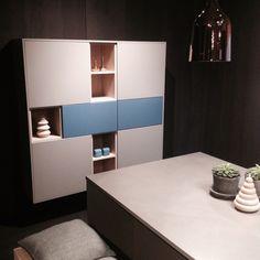 HTH Kitchen - Athena Dusty Blue, Clay and white oak. Bare liker den hylla altså