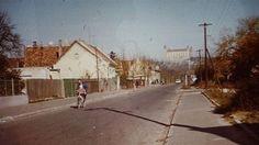 Petržalka stále trochu voňala marhuľami. Písal sa rok 1981 a dvadsaťjedenročný Milan Dunkel sledoval, ako sa do jeho rodného domu zahryzli buldozéry. Bratislava, Milan, Outdoor, Darkness, Outdoors, Outdoor Games, The Great Outdoors