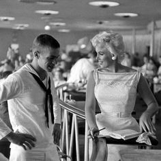 Marilyn Monroe welcoming a sailor in Chicago, 1955. I bet that made his day, no year, no life...