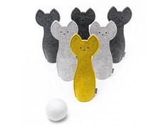 BOLLING. Tiché kuželky aneb kočičí BOLLING pro malé i velké hráče. Sada obsahuje: 6 figurek s molitanovou výpní1 plstěnou kouli1 praktický pytlík k uložení kuželek Zvolte se vítěznou kombinaci barev: