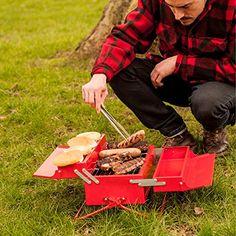 SUCK UK Grill-Toolbox - Diese Werkzeugkiste überrascht mit ihrem Innenleben: Anstatt Stauraum für Hammer und Schraubenzieher beinhaltet die Kiste einen mobilen Grill und Ablagefläche für Steaks und Würstchen. Der ideale Begleiter für alle, die gerne spontan im Park oder am See mit Freunden grillen. - Gadgets für die Küche - (*Partner-Link)