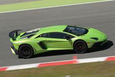 サーキットを疾走する「アヴェンタドールLP750-4 SV」。0-100km/hの加速タイムは2.8秒、最高速度は350km/h以上と公表される。