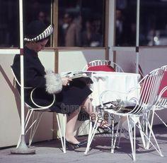 Dame im Cafe Kranzler am Kurfürstendamm in Berlin, 1964