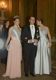 La princesa Magdalena, embarazada de casi cinco meses, llegó del brazo de su cuñado, el príncipe Daniel, y junto a su hermana, la princesa Victoria