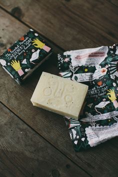 A joyful and minty gardeners soap bar. This zingy smelling soap contains antibacterial peppermint oil and poppy seeds for an uplifting and invigorating scrub. Just the thing for washing soil of your hands after a day in the garden.