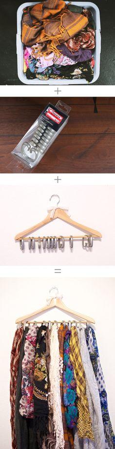 Use um cabide resistente de madeira e anéis de cortina de box para organizar todos seus lenços. Siga este tutorial bem simples.