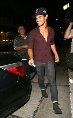Twilight' star Taylor Lautner dines at Craig's in West Hollywood
