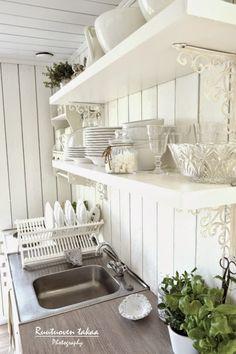 Heipsan!:D Siinä pieni kuvapläjäys meidän mökkikeittiöstämme. Valkoista, valkoista ja vielä kerran valkoist... Kitchen Cabinet Design, Cabins In The Woods, House, Dream Cottage, Home Kitchens, Cottage Decor, Home, Home Deco, Home Decor