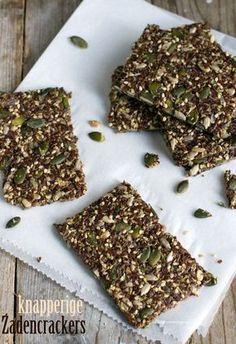 Knapperige crackers zelf maken met enkel zaden. Voor als je minder koolhydraten wilt eten.