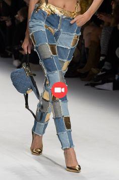 Moschino at Milan Fashion Week Fall 2015 - Hosen Denim Fashion, Fashion Pants, Runway Fashion, Fashion Dresses, Fashion Trends, Fashion Fashion, Dresses Uk, Trendy Fashion, Fashion Tips