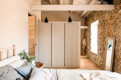 We love the stories of large-scale reconstructions because in such houses a special atmosphere usually reigns. Previously in this barn in Spain the owners ✌Pufikhomes - source of home inspiration Hygge, Shutter Decor, Duplex Apartment, Wooden Ceilings, Interior Design Living Room, Guest Room, Sweet Home, Indoor, Decoration