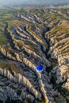 """¿quien hizo esto???, no me refiero a la foto, sino a la increíble textura """"calando"""" la naturaleza..... Cappadocia Aerial Meskendir Valley, via Flickr."""