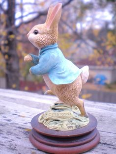 Vintage BEATRIX POTTER FIGURINE - Peter Rabbit Running, By Border Fine Arts.