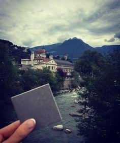 Was wäre ein Freitag ohne ein neues Bild unserer #wanderfliese. Die ist übrigens derzeit unterwegs auf großer Italien-Rundreise. Der erste Halt ist in der wunderschönen Stadt Meran, in der italienischen Provinz Südtirol. Ein schönes Wochenende für euch!